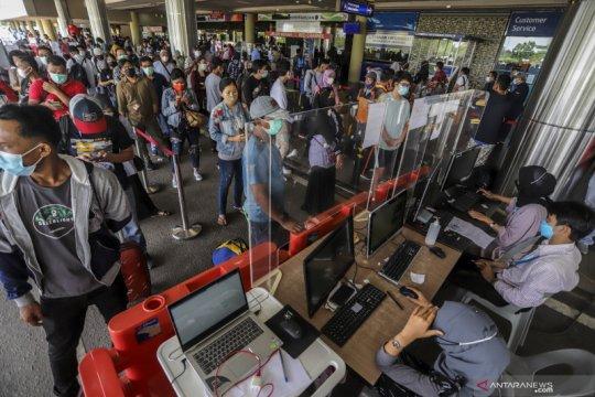 Calon penumpang padati Bandara Internasional Hang Nadim di Batam