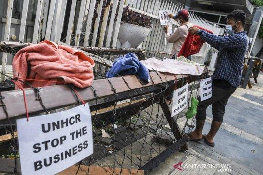 Pencari suaka tinggal di trotoar Kebon Sirih