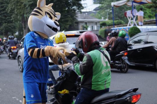 Persib dan Prabu berbagi takjil dengan pengguna jalan