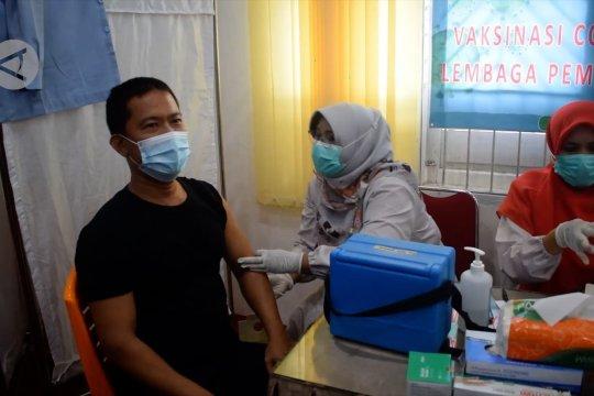 Cegah klaster COVID-19, petugas lapas Muaro Padang divaksinasi