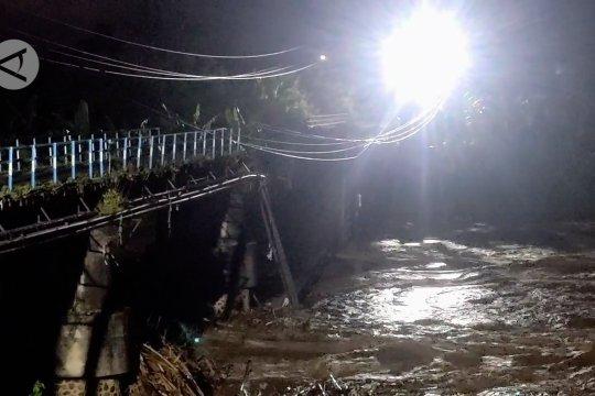 Jembatan Patihan Madiun ambrol diterjang banjir