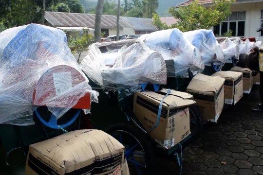 Bantuan alat perontok gabah bagi kelompok tani di Padang