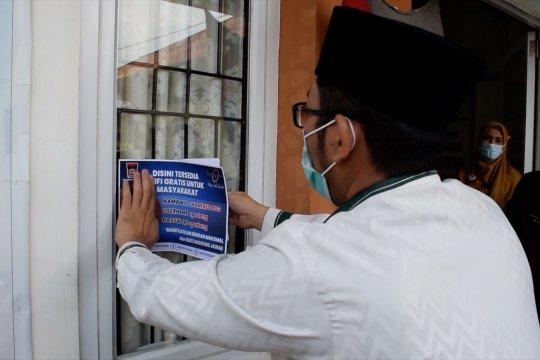Diskominfo Padang pasang stiker wifi gratis di ruang publik
