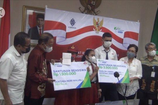 BPJS Ketenagakerjaan Maluku serahkan beasiswa kepada anak kepesertaan jaminan sosial