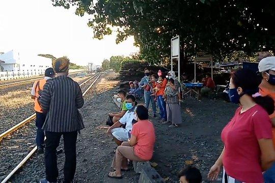 KAI Daop 7 Madiun tertibkan warga ngabuburit di pinggir rel kereta