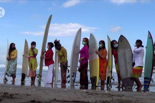 Saat perempuan berkebaya berselancar di Pantai Kuta