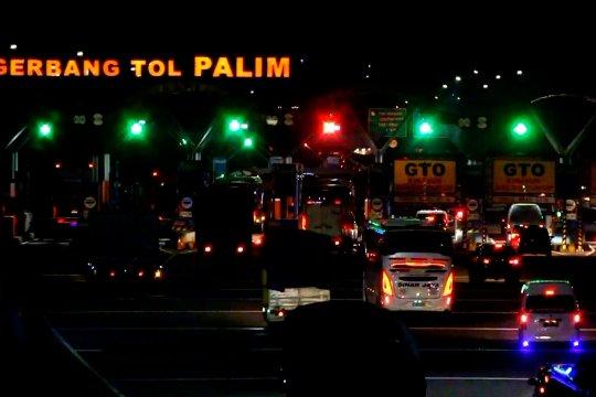 Suasana lalu lintas saat puncak libur panjang di Tol Cipali