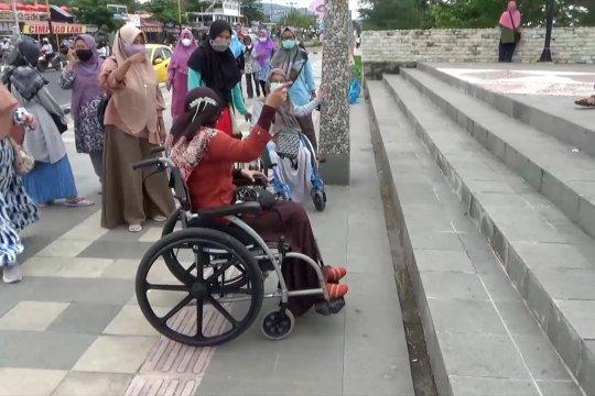 Memeriksa kelayakan fasilitas umum bagi penyandang disabilitas