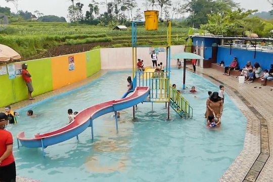 Padusan dengan protokol kesehatan di taman wisata air