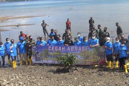 Lantamal IX Ambon tanam puluhan mangrove di Teluk Ambon