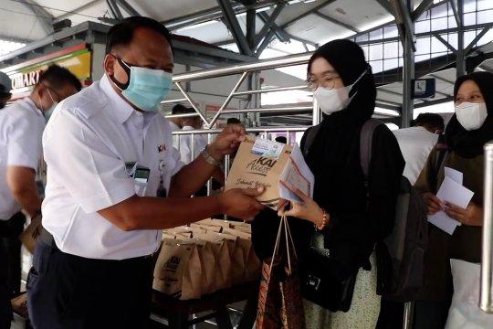 Takjil gratis bagi calon penumpang di Stasiun Cirebon Prujakan