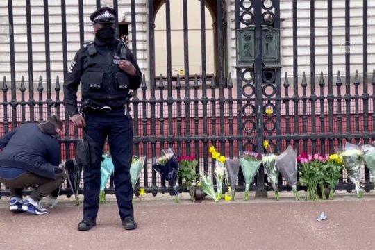 Warga London letakkan bunga di depan Istana Buckingham