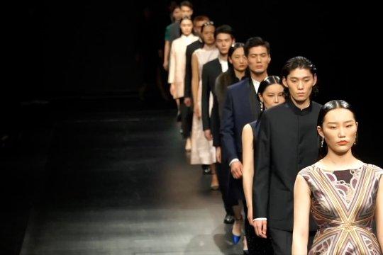Perpaduan sentuhan modern dengan gaya tradisional di Shanghai Fashion Week