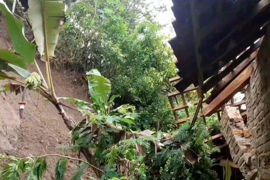 Rumah di lereng Gunung Wilis Madiun tertimbun longsor