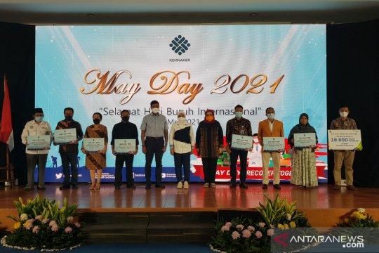 Kemnaker serahkan bantuan di Hari Buruh 2021