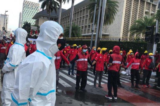 Demo buruh, polisi kerahkan personel berbaju hazmat
