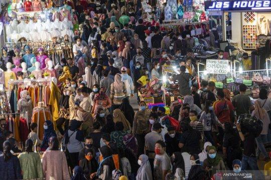 Jakarta kemarin, Pasar Tanah Abang ramai hingga antrean Stasiun Senen