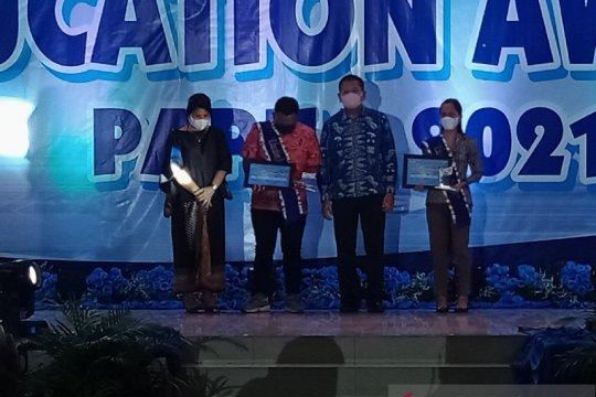 Dua guru korban penembakan KKB dapat penghargaan Education Award