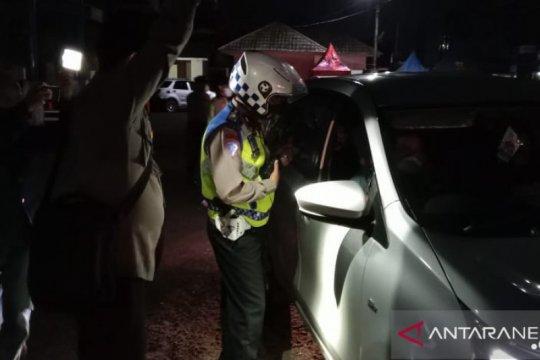 Polisi jaring ratusan kendaraan pemudik hendak masuk Sukabumi