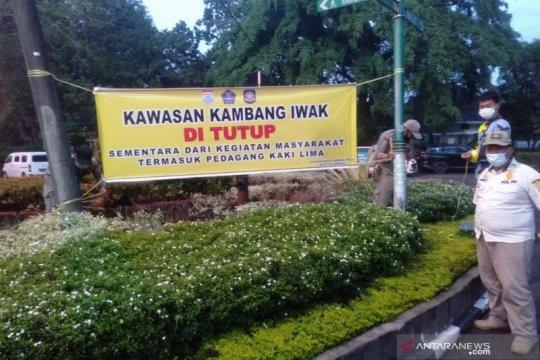 Satpol PP tutup sejumlah area publik di Palembang