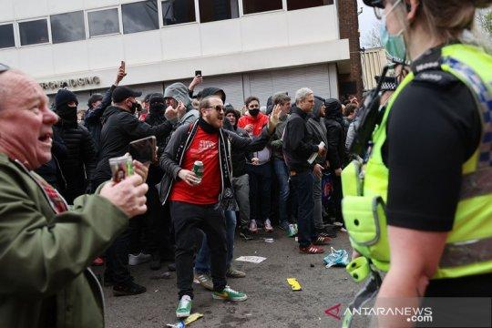 MU vs Liverpool ditunda, Liga Premier kutuk protes berlebihan suporter