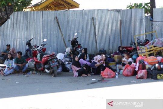 Ratusan calon penumpang tujuan Raas tertahan di Pelabuhan Jangkar