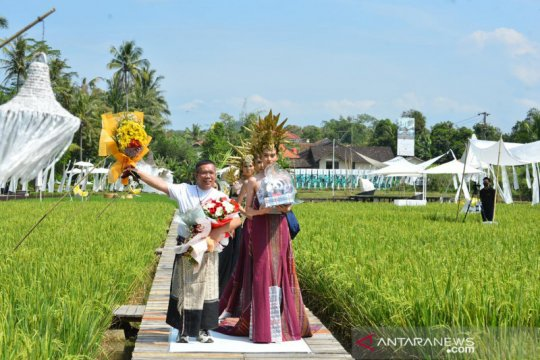 Desainer Indonesia gelar fashion show di sawah menyatu dengan alam
