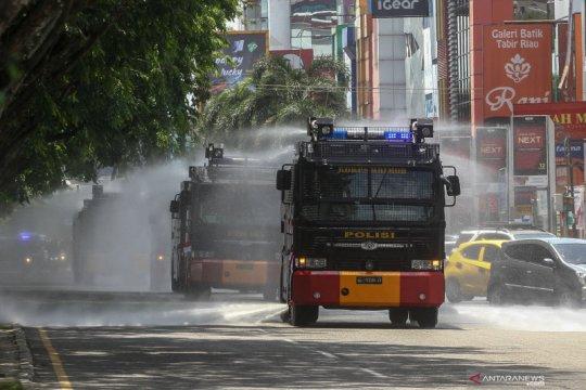 Penyemprotan disinfektan di jalanan Kota Pekanbaru