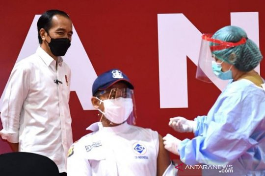 Presiden tinjau pelaksanaan vaksinasi pada pelaku usaha di Jakarta