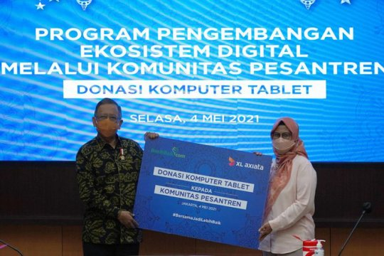 XL Axiata donasikan 100 laptop ke 12 pesantren
