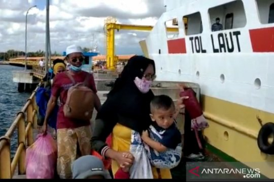 Ratusan penumpang telantar di Situbondo diangkut kapal perintis