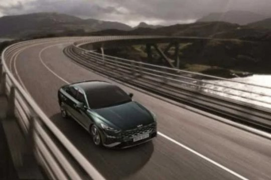 Kia luncurkan varian hybrid sedan K8