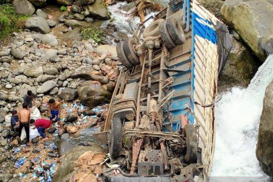 Polisi selidiki kecelakaan truk masuk sungai di Sitinjau Lauik