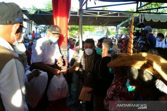 Menko PMK bagikan sembako untuk korban bencana alam di Rote Ndao