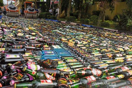 Pemusnahan puluhan ribu botol miras di Serang