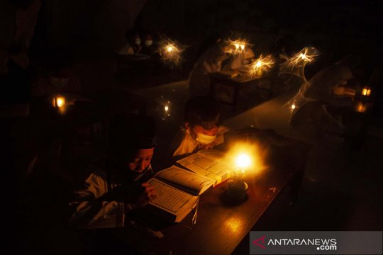 Tadarus Al Quran diterangi cahaya lilin