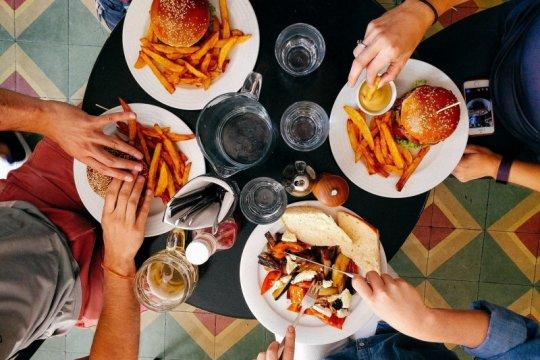 Dokter masih larang makan termasuk berbuka puasa bersama