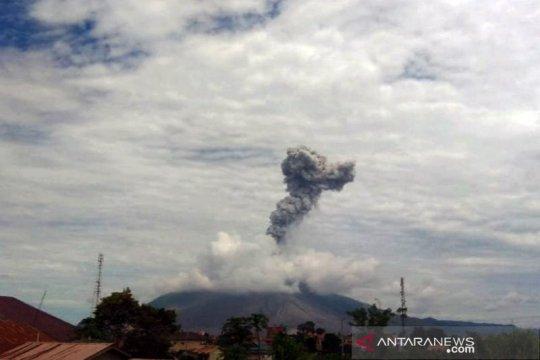 Sinabung erupsi lagi, semburkan abu vulkanik setinggi 2.000 meter