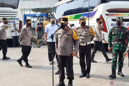 Polda Metro bagikan bantuan kepada karyawan bus Terminal Pulogebang