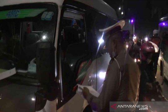 Ratusan buruh protes tol Jakarta-Cikampek disekat