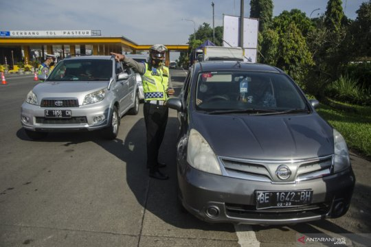 Polisi beri sanksi tiga travel gelap pemudik yang ditahan di Bandung