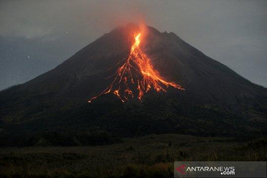 Gunung Merapi meluncurkan awan panas guguran sejauh 1,5 km