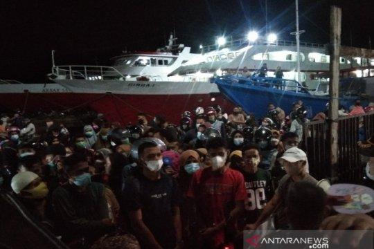 Penumpang kapal malam Kendari-Raha desak-desakan demi pulang kampung