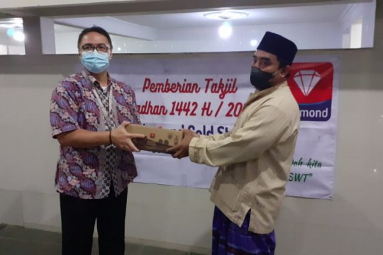 PT Diamond Cold Storage bagikan takjil di Jakarta dan Bekasi