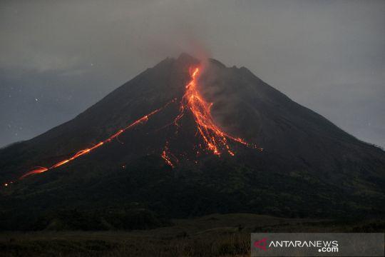 Gunung Merapi meluncurkan guguran lava pijar sejauh 1.400 meter