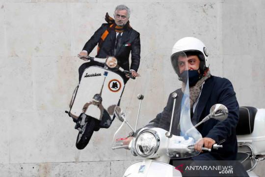 Mural Jose Mourinho naik Vespa di tembok Kota Roma