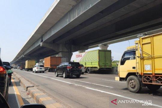 Arus kendaraan di titik sekat KM 31 arah Cikampek lancar