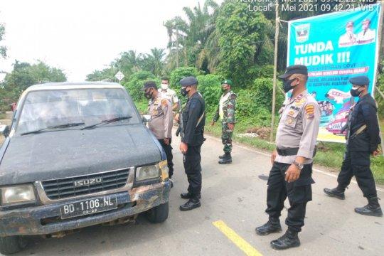 Arus kendaraan di posko penyekatan perbatasan Sumbar-Sumut masih sepi