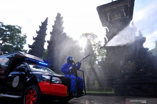 Penyemprotan disinfektan organik di kawasan wisata Bali