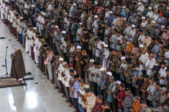 Shalat Jumat di Masjid Agung Islamic Centre Lhokseumawe tidak mengindahkan protokol kesehatan
